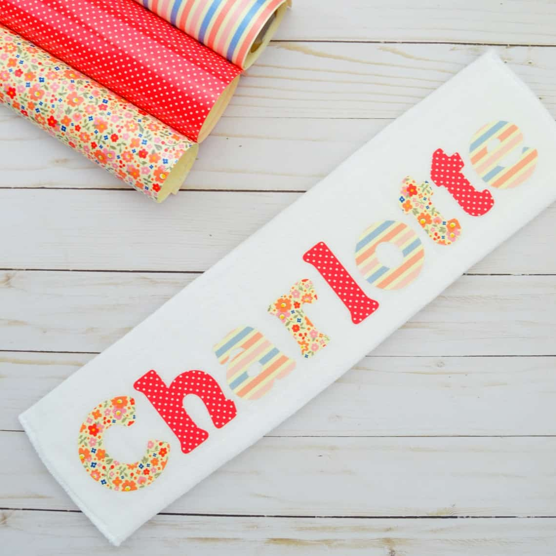 how to make a burp cloth- Follow this tutorial to lean how to make a burp cloth with baby's name on it #diyburpcloth #cricumakerprojects